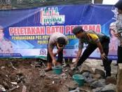 Peletakan batu pertama oleh Kapolres Purworejo AKBP Indra Kurniawan Simangunsong, menandai dimulainya pembangunan Pos Patwal Endra Dharma Laksana, Senin (21/1) - foto: Sujono/Koranjuri.com