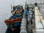 KRI Usman Harun-359 menangkap Kapal Ikan Asing (KIA) Vietnam yang diduga melakukan illegal fishing di Landas Kontinen Indonesia, Rabu (16/1/2019) - foto: Istimewa