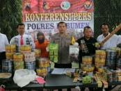PS (45), warga Perum Korpri, Desa Jatimulyo, Kecamatan Alian, Kebumen, pembuat dan pengedar jamu palsu di Kebumen, diamankan dengan sejumlah barang bukti - foto: Sujono/Koranjuri.com