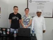 Dua pelajar asal Belanda yang mengikuti program pertukaran pelajar di SMK Dwijendra. Ida Bagus Dwi Oka Putra (kanan) - foto: Koranjuri.com