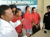 Kasatresnarkoba Polres Purworejo, Iptu Sapto Hadi, dengan ketiga tersangka pemakai shabu, yang kini ditahan di Mapolres Purworejo dengan sejumlah barang bukti - foto: Sujono/Koranjuri.com