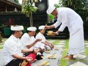 Gubernur Bali Wayan Koster, melaksanakan Tirta Yatra guna bersembahyang ke beberapa pura yang berada di areal Pura Agung Besakih, Sabtu, 9 Februari 2019 - foto: Istimewa