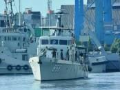 KRI Silea-858 mengamankan kapal pengangkut crane tanpa dilengkapi dokumen - foto: Istimewa