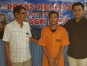 Pelaku penganiayaan terhadap seorang perempuan di jalan Bypass Ngurah Rai digelandang ke Polsek Kuta - foto: Istimewa