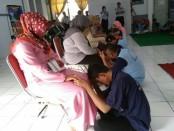 Warga binaan Rutan Purworejo mengungkapkan rasa kasih sayang terhadap keluarganya, dalam peringatan Hari Kasih Sayang, Kamis (14/2) - foto: Sujono/Koranjuri.com