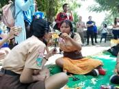 Siswi SMP Wisata Sanur membuat kerajinan berbahan baku botol plastik - foto: Koranjuri.com