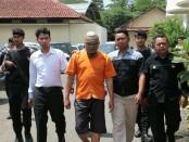 TF, kakek bejat yang tega mencabuli gadis cilik tetangganya sendiri, kini ditahan di Mapolres Kebumen - foto: Sujono/Koranjuri.com