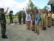 Penyambutan warga di daerah perbatasan RI-RDTL dengan tradisi adat dan budaya setempat - foto: Istimewa/Koranjuri.com
