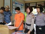 NH (37), seorang sales, yang bertempat tinggal di Desa Tambi, Sliyep, Indramayu, Jabar, kini diamankan di Mapolsek Purworejo dengan sejumlah barang bukti - foto: Sujono/Koranjuri.com