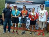 Annisa Destein Cindyqiawati (16) (tengah), pebalap asal Solo berhasil meraih juara 1 dalam seleksi pra-PON Jateng di Purwokerto, Sabtu, 30 Maret 2019 - foto: Istimewa