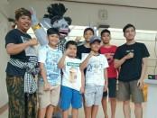 Tokoh Puri Gerenceng Anak Agung Ngurah Agung bersama anak-anak di kawasan Perumahan Nangka Indah Residence, Denpasar - foto: Istimewa