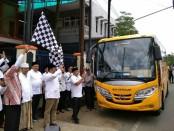 Pemberangkatan bus sekolah, yang dilakukan secara simbolis oleh Dirjen Perhubungan Darat, Budi Setiyadi dan Sujadi, dari Komisi V DPR RI - foto: Sujono/Koranjuri.com
