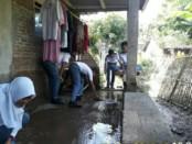 Tim dari BSC Purworejo dan SAR Cintaldo, saat membantu membersihkan rumah warga yang kebanjiran di Desa Purwosari, Purwodadi - foto: Sujono/Koranjuri.com