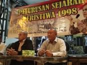 Keterangan foto: Abi Ibrahim bersama Mayjen Pur. Kivlan Zein ( tengah ) saat acara pelurusan sejarah 98/ foto: koranjuri.