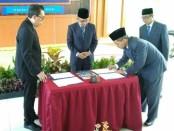 Penandatanganan berita acara pelantikan rektor baru UM Purworejo, DR. Rofiq Nurhadi, M.Ag,  oleh Prof.DR. H Edy Suandi Hamid, M.Ec dari PP Muhammadiyah, Senin (29/4/2019) - foto: Sujono/Koranjuri.com