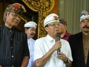 Gubernur Bali I Wayan Koster (tengah) bersama Ketua MUDP Jero Suwena Putus Upadesha (kiri) dan Ketua PHDI Bali Prof. Dr. Drs I Gusti Ngurah Sudiana (kanan) - foto: Istimewa