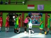 Dua peserta sebelum berlaga dalam lomba futsal dalam rangka Dies Natalis Akper Pemkab Purworejo ke 17, dari Sabtu 6/4) hingga Minggu (7/4), di GOR WR Supratman - foto: Sujono/Koranjuri.com