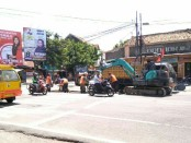 Petugas tengah melakukan pemeliharaan rutin di ruas jalan Kutoarjo, Purworejo -Sujono/Koranjuri.com