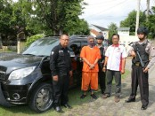 Gadaikan mobil tetangga, BY, pemuda pengangguran warga Kalitengah, Gombong, Kebumen, kini ditahan polisi - foto: Sujono/Koranjuri.com