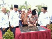 Ketua Umum PP Muhammadiyah, Dr H. Haedar Nashir, M.Si, saat menandatangani prasasti, dalam Peresmian Kampus III UM Purworejo, di Sucen Juru Tengah, Jum'at (12/4), dengan disaksikan Rektor UM Purworejo, Drs H. Supriyono, M.Pd. - foto: Sujono/Koranjuri.com