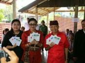 Gubernur Bali Wayan Koster bersama istri Putri Suastini Koster dan putri sulungnya Ni Putu Dhita Pertiwi menyalurkan hak pilih pada Pemilu Serentak 2019 di Desa Sembiring, Tejakula, Kabupaten Buleleng, Rabu, 17 April 2019 - foto: Istimewa