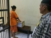 Salah satu dari 23 tahanan Polres Kebumen, sedang melakukan pencoblosan, Rabu (17/4/2019) - foto: Sujono/Koranjuri.com