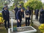 Seluruh jajaran Rutan Purworejo, saat ziarah dan tabur bunga di Taman Makam Pahlawan Projo Handoko Loyo Purworejo, Kamis (18/4), dalam rangka memperingati Hari Bakti Pemasyarakatan ke 55 - foto: Sujono/Koranjuri.com