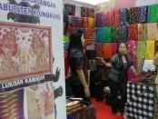 Salah satu UKM Bali asal Klungkung yang memamerkan lukisan Kamasan di ajang Bali SMESCO Festival di Jakarta - foto: Istimewa