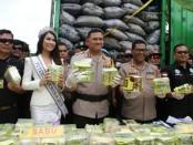 Kabid Humas Polda Metro Jaya Kombes Pol Argo Yuwono bersama Putri Indonesia menggelar Prescon pengungkapan sabu-sabu sindikat internasional seberat 120 Kg - foto: Bob/Koranjuri.com