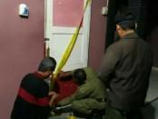 Petugas Satpol PP Purworejo, tengah menyegel sebuah tempat karaoke tak berijin - foto: Sujono/Koranjuri.com