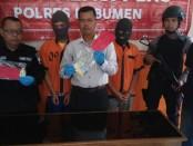 Dua pengedar Hexymer, DP (26) dan JA (19), warga Desa Jatijajar, Kecamatan Ayah, Kebumen, kini ditahan polisi dengan sejumlah barang bukti - foto: Sujono/Koranjuri.com