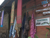 Kain tenun ikat yang menjadi kerajinan tangan warga desa Tenganan yang memiliki nilai ekonomisi tinggi - foto: Koranjuri.com