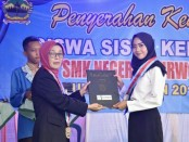 Kepala SMKN 7 Purworejo, Samsiyah, S.Pd, saat menyerahkan reward bagi siswa berprestasi, dalam acara Penyerahan Kembali Siswa Siswi Kelas XII Tahun Pelajaran 2018/2019, Jum'at (3/5) siang - foto: Sujono/Koranjuri.com
