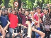 Gubernur Bali Wayan Koster menemui ratusan sopir taksi konvensional yang mendatangi kantor Pemprov Bali, Senin, 27 Mei 2019 - foto: Istimewa