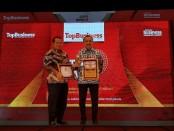 Bupati Purworejo Agus Bastian bersama Direktur PDAM Purworejo, Hermawan Wahyu Utomo, saat menerima penghargaan Top BUMD 2019 dari Majalah Top Business - foto: Sujono/Koranjuri.com