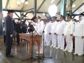 Penandatanganan berita acara pelantikan 341 kades terpilih di pendopo Kabupaten Purworejo, Rabu (8/5), disaksikan Bupati Purworejo Agus Bastian - foto: Sujono/Koranjuri.com