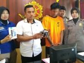Tersangka AS (22), warga Bandungkidul, Kutoarjo, Purworejo, pencuri lintas kota, kini ditahan di Mapolsek Kutoarjo dengan sejumlah barang bukti - foto: Sujono/Koranjuri.com