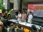 Subdit Tim Jatanras Ditreskrimum Polda Metro Jaya menangkap pelaku yang menyerukan penggal kepala Jokowi saat demo di depan kantor Bawaslu, Jalan MH Thamrin, Jakarta Pusat, pada Jumat (10/5/2019) sekitar pukul 14.40 WIB - foto: Bob/Koranjuri.com