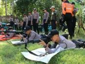 50 personil Polres Kebumen mengikuti latihan menembak di lapangan tembak batu cadas Desa Gemeksekti, Kebumen, Sabtu (18/05) - foto: Sujono/Koranjuri.com