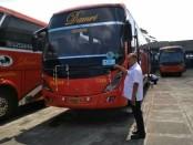 Heru Warsono, General Manajer DAMRI  Kantor Cabang Purworejo, menunjukkan stiker Angkutan Lebaran 2019, sebagai penanda bus layak jalan dan siap beroperasi - foto: Sujono/Koranjuri.com