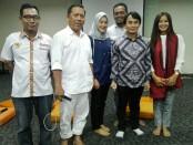 Iwan Dwi Laksono bersama tim saat berpamitan dengan masyarakat Bali - foto: Koranjuri.com