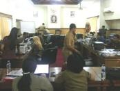 Sejumlah guru melaporkan Daftar Usulan Penetapan Angka Kredit di Posko DUPAK yang bertempat di ruang sidang Dinas Pendidikan Provinsi Bali, Senin, 27 Mei 2019 - foto: Koranjuri.com