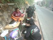 Keterangan foto: Juri (61th) warga bantaran pintu demangan, Solo yang memperoleh bantuan kemanusiaan dari ACT Solo/foto: istimewa