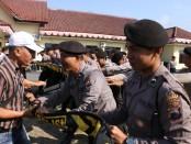 Simulasi pengamanan Pilkades Polres Kebumen, Rabu (19/6/2019) - foto: Sujono/Koranjuri.com