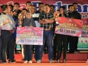 Kapolres Purworejo AKBP Indra Kurniawan Mangunsong bersama Wakapolres Kompol Andis Arfan Taufani, foto bersama para juara Lomba Paduan Suara (acapella) dalam rangka memperingati HUT Bhayangkara yang ke 73 - foto: Sujono/Koranjuri.com