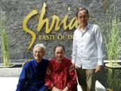 Srihadi Soedarsono bersama Siti Farida Nawawi dan putranya Indra saat berada di restoran Shrida Taste of Ubud, yang merupakan usaha yang dikelola oleh putranya - foto: Koranjuri.com