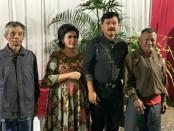 Panglima TNI Marsekal Hadi Tjahjanto bersama istri menerima kedatangan pengayuh becak di acara open house yang digelar di kediaman pribadinya di Malang, Jawa Timur - foto: Istimewa
