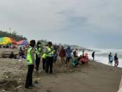 Pengunjung pantai di Kebumen diminta waspada, terkait tingginya gelombang akhir-akhir ini - foto: Sujono/Koranjuri.com
