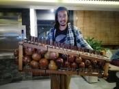 Neo Akbar, kreator Balafon yang merupakan perkusi asal Afrika - foto: Koranjuri.com