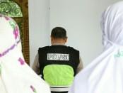 Puluhan Polwan Polres Kebumen saat melaksanakan salat gaib, Minggu (2/6), di Masjid  Assaraa Polres Kebume untuk mendoakan almarhumah Ibu Ani Yudhoyono - foto: Sujono/Koranjuri.com